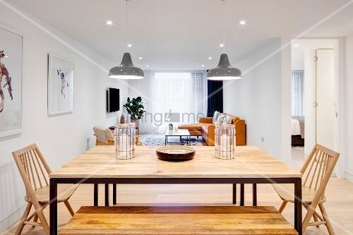 esstisch mit metallgestell und holzplatte holzbank und holzst hle in offenem wohnraum bild. Black Bedroom Furniture Sets. Home Design Ideas