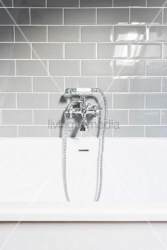 nostalgische armatur einer badewanne an grauen fliesen. Black Bedroom Furniture Sets. Home Design Ideas