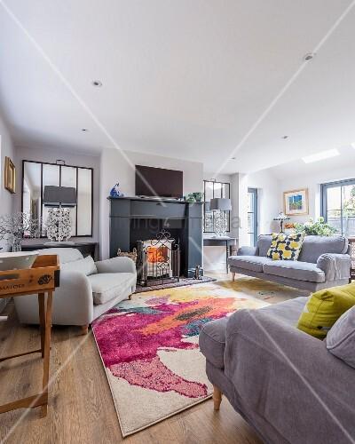 modernes wohnzimmer mit grauen polsterm beln und offenem kamin bild kaufen living4media. Black Bedroom Furniture Sets. Home Design Ideas