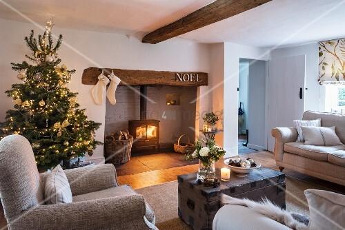 gem tliches wohnzimmer mit weihnachtsbaum und feuer bild kaufen living4media. Black Bedroom Furniture Sets. Home Design Ideas