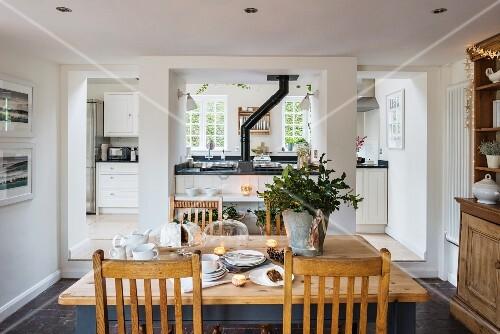 raumteilerwand mit ofen trennt k che und esszimmer bild kaufen living4media. Black Bedroom Furniture Sets. Home Design Ideas