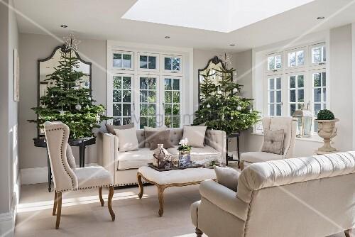 elegantes wohnzimmer in graut nen mit stilmb beln und christb umen bild kaufen living4media. Black Bedroom Furniture Sets. Home Design Ideas