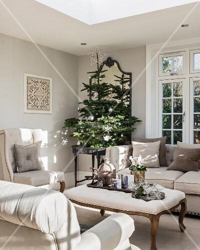 elegantes wohnzimmer in graut nen mit stilmb beln und christbaum bild kaufen living4media. Black Bedroom Furniture Sets. Home Design Ideas