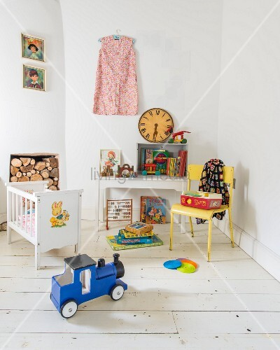 kinderzimmer mit vintage flair und nostalgischem spielzeug bild kaufen living4media. Black Bedroom Furniture Sets. Home Design Ideas