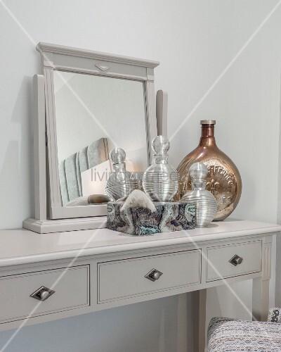 grauer schminktisch mit spiegelaufsatz und edlen flacons bild kaufen living4media. Black Bedroom Furniture Sets. Home Design Ideas