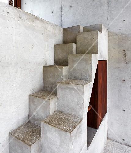 Treppe aus beton mit versetzten stufen bild kaufen for Betontreppe kaufen