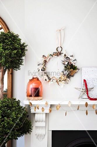 kranz aus papier und geschenkband an der wand ber dem kamin bild kaufen living4media. Black Bedroom Furniture Sets. Home Design Ideas