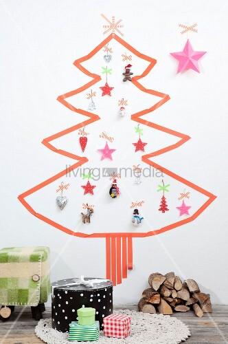 weihnachtsbaum aus masking tape auf wei er wand und mit verschiedenen anh ngern bild kaufen. Black Bedroom Furniture Sets. Home Design Ideas
