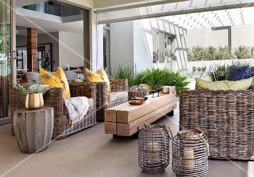 patio mit korbm beln und rustikalem couchtisch aus. Black Bedroom Furniture Sets. Home Design Ideas