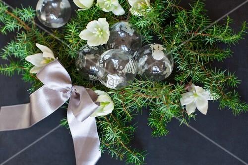 christbaumkugeln aus glas mit gr nen nadelzweige christrosen und satinband bild kaufen. Black Bedroom Furniture Sets. Home Design Ideas