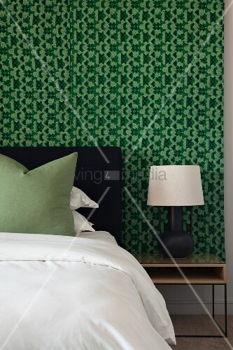 schlafzimmer in schwarz wei und gr n mit grafisch gemusterter wand bild kaufen living4media. Black Bedroom Furniture Sets. Home Design Ideas