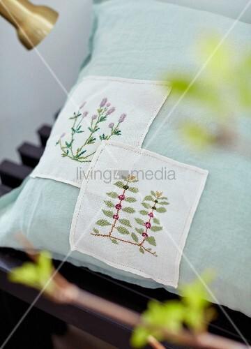kissen mit bestickten aufn hern mit floralem motiv bild. Black Bedroom Furniture Sets. Home Design Ideas