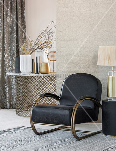 schwarzer sessel im wohnzimmer mit elegantem boho mix. Black Bedroom Furniture Sets. Home Design Ideas