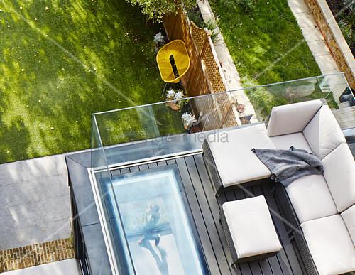 sofa auf einer dachterrasse mit glasballustrade zum garten bild kaufen living4media. Black Bedroom Furniture Sets. Home Design Ideas