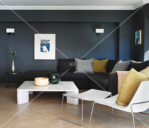 schwarzes sofa im wohnzimmer mit schwarzen w nden und parkett bild kaufen living4media. Black Bedroom Furniture Sets. Home Design Ideas