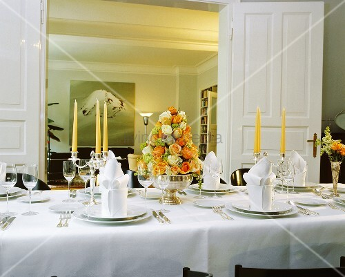 festlich gedeckter tisch mit rosengesteck in silberschale. Black Bedroom Furniture Sets. Home Design Ideas