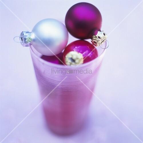 weihnachtskugeln in einem glas bild kaufen living4media. Black Bedroom Furniture Sets. Home Design Ideas