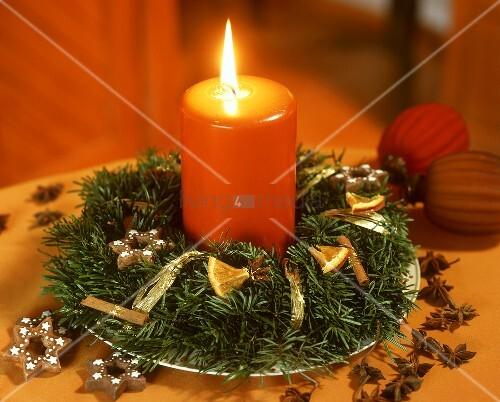 kleiner adventskranz mit orangefarbener kerze bild. Black Bedroom Furniture Sets. Home Design Ideas