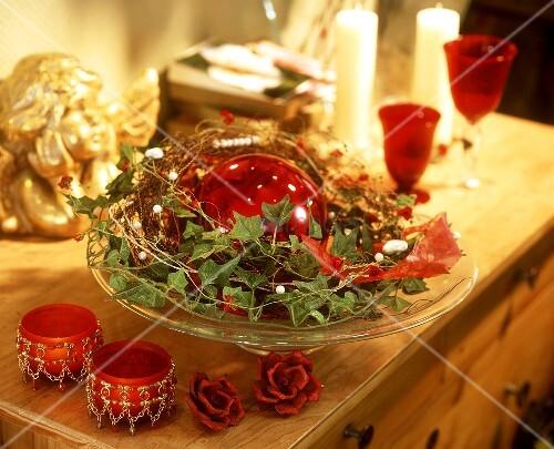 Verschiedene festliche weihnachtsdeko auf einer kommode for Festliche weihnachtsdeko
