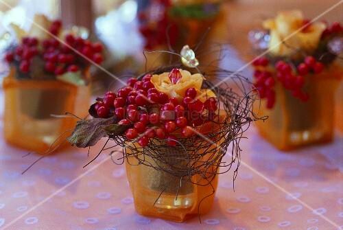 Tischgestecke Mit Beeren Und Rosen In T Ll Berzogenen