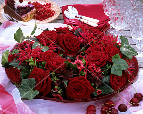 romantische tischdeko mit roten rosen indianernessel und. Black Bedroom Furniture Sets. Home Design Ideas