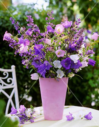 glockenblumen katzenminze und gr ser in rosafarbenen vase. Black Bedroom Furniture Sets. Home Design Ideas