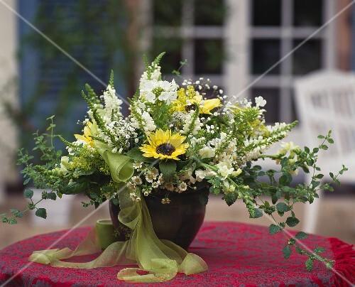 sommerblumenstrauss mit sonnenblumen bild kaufen. Black Bedroom Furniture Sets. Home Design Ideas