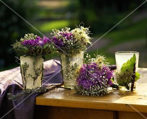 Herbstliche deko mit astern und schleierkraut bild - Tischdeko naturmaterialien herbst ...