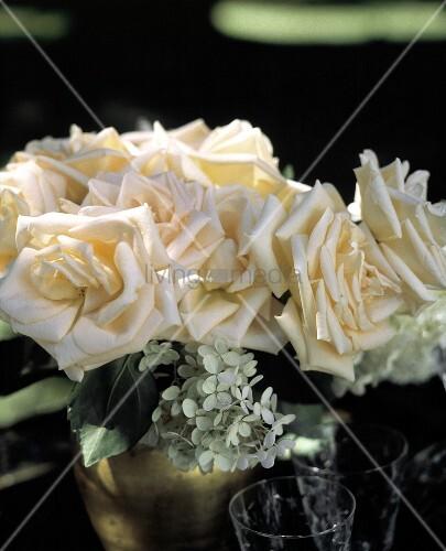 lachsfarbene rosen wei e bl ten in einer vase bild. Black Bedroom Furniture Sets. Home Design Ideas