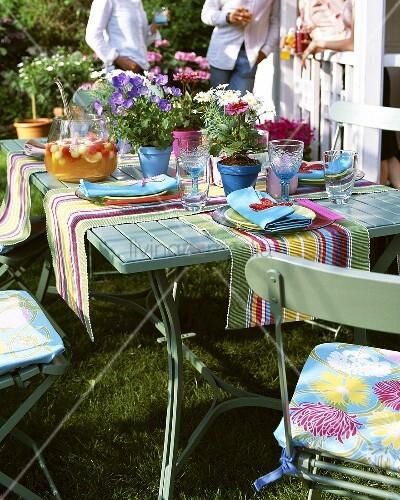 Gedeckter Tisch Im Garten: Gedeckter Tisch Für Ein Sommerliches Gartenfest