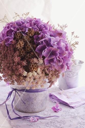 blumenstrauss mit hortensien bild kaufen living4media. Black Bedroom Furniture Sets. Home Design Ideas