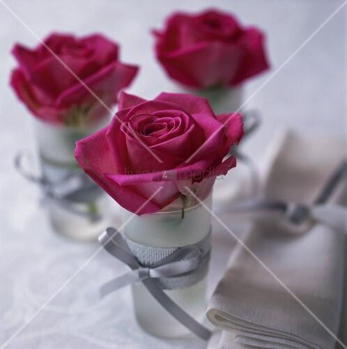 tischdeko mit roten rosen in gl sern bild kaufen living4media. Black Bedroom Furniture Sets. Home Design Ideas