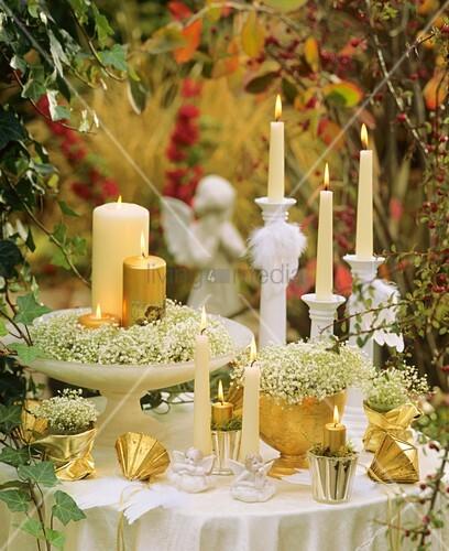 Weihnachtliche Tischdeko Mit Schleierkraut Und Kerzen
