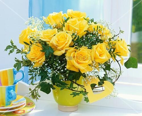 strauss aus gelben rosen schleierkraut bild kaufen. Black Bedroom Furniture Sets. Home Design Ideas