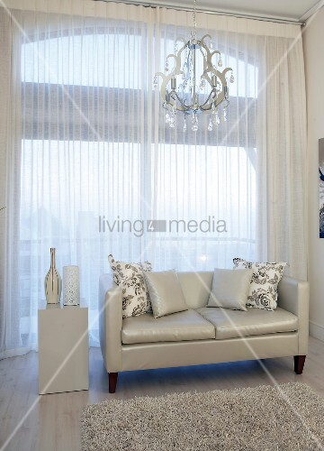 ledersofa vor fenster im wohnzimmer bild kaufen living4media. Black Bedroom Furniture Sets. Home Design Ideas