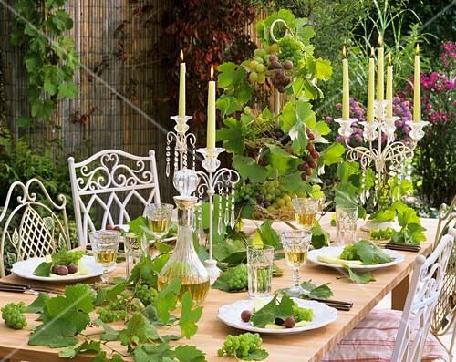 festlich gedeckter tisch mit wein weintrauben ranken bild kaufen living4media. Black Bedroom Furniture Sets. Home Design Ideas