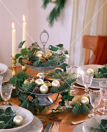 weihnachtliche tischdeko mit etagere aus efeu und blaufichte bild kaufen living4media. Black Bedroom Furniture Sets. Home Design Ideas