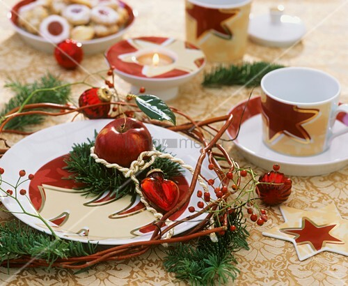 weihnachtliche tischdeko mit apfel und tannenzweigen bild kaufen living4media. Black Bedroom Furniture Sets. Home Design Ideas