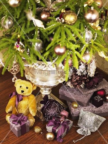 weihnachtsgeschenke und gesteck bild kaufen living4media. Black Bedroom Furniture Sets. Home Design Ideas