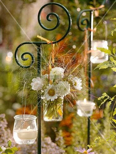 blumenstrauss in vase und windlichter an dekostab aufgeh ngt bild kaufen living4media. Black Bedroom Furniture Sets. Home Design Ideas