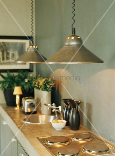 k chenzeile mit h ngeleuchten ber herdplatten und runder. Black Bedroom Furniture Sets. Home Design Ideas