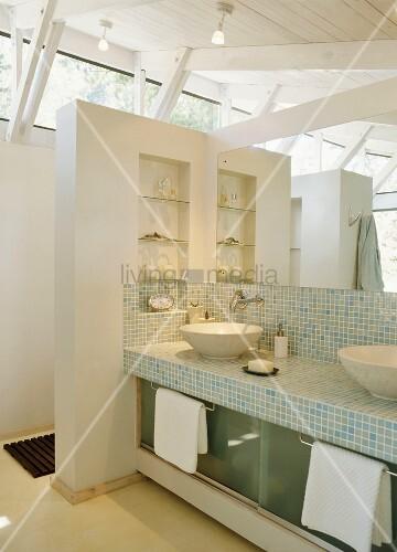 modernes badezimmer mit offener dachkonstruktion im landhausstil und gemauertem waschtisch mit. Black Bedroom Furniture Sets. Home Design Ideas