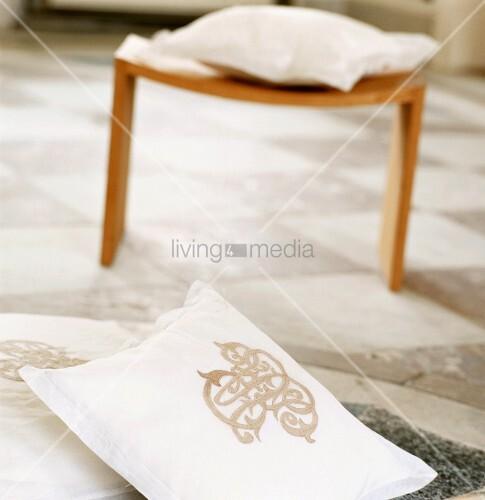 ein besticktes kissen bild kaufen living4media. Black Bedroom Furniture Sets. Home Design Ideas