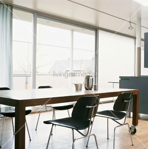 moderner esstisch auf rollen und schwarze st hle vor der. Black Bedroom Furniture Sets. Home Design Ideas