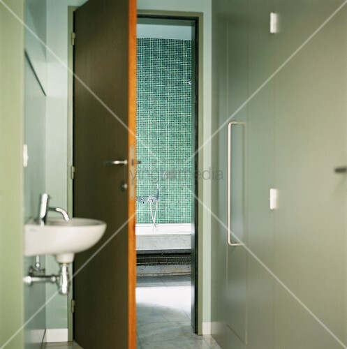 Blick vom vorraum mit handwaschbecken in das t rkis for Geflieste badezimmer