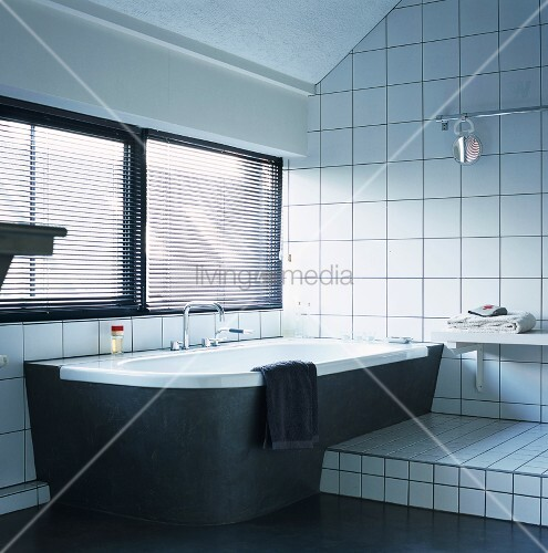 dunkle jalousien ber schwarz verkleideter wanne und weiss. Black Bedroom Furniture Sets. Home Design Ideas
