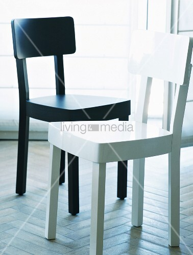 ein weisser und ein schwarz lackierter moderner holzstuhl. Black Bedroom Furniture Sets. Home Design Ideas