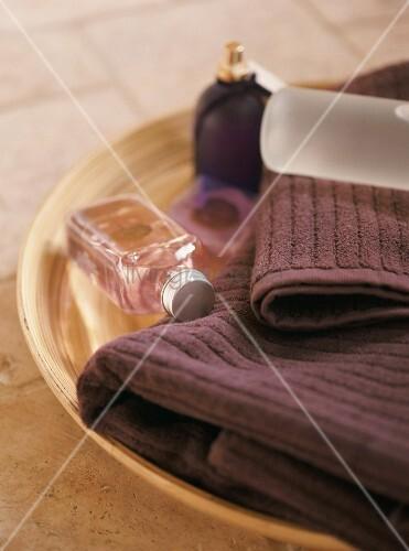 eine schale mit handt cher und badutensilien bild kaufen. Black Bedroom Furniture Sets. Home Design Ideas