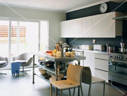 offene gradlinige einbauk che mit sitzplatz vor den. Black Bedroom Furniture Sets. Home Design Ideas