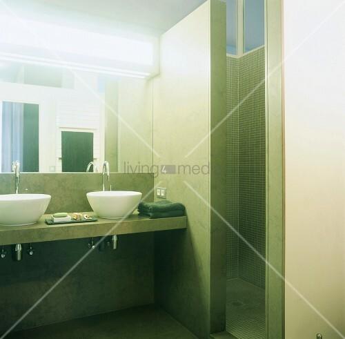 gr n marmoriertes badezimmer mit weissen aufsatzbecken und gemauertem duschraum bild kaufen. Black Bedroom Furniture Sets. Home Design Ideas